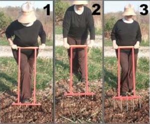 aérer le sol du jardin avec une grelinette